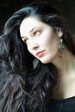 Αισθησιακή όμορφη γυναίκα που φαίνεται έξω το παράθυρο Στοκ Εικόνα