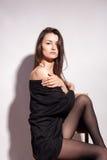 Αισθησιακή όμορφη με μεγάλο στήθος γυναίκα στο γκρίζο υπόβαθρο Στοκ Εικόνες