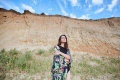 Αισθησιακή όμορφη τοποθέτηση κοριτσιών κοντά στο βράχο στην αμμώδη παραλία Μαυρισμένη νέα γυναίκα στις θερινές διακοπές στοκ εικόνες
