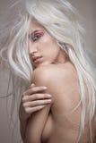 Αισθησιακή nude κυρία με ένα χαλύβδινο, σύγχρονο κομμωτήριο Στοκ Φωτογραφίες