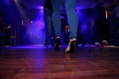Αισθησιακός χορός στο επίκεντρο Στοκ φωτογραφία με δικαίωμα ελεύθερης χρήσης