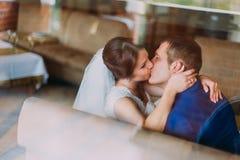 Αισθησιακό γαμήλιο ζεύγος Όμορφο φίλημα νυφών και νεόνυμφων Κινηματογράφηση σε πρώτο πλάνο Στοκ φωτογραφίες με δικαίωμα ελεύθερης χρήσης