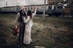 Αισθησιακό ζεύγος hipster, γυναίκα τσιγγάνων στα ενδύματα boho και μουσικός Στοκ φωτογραφία με δικαίωμα ελεύθερης χρήσης