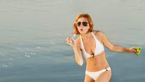 Αισθησιακό κορίτσι με τις φυσαλίδες σαπουνιών στην παραλία Στοκ φωτογραφίες με δικαίωμα ελεύθερης χρήσης