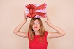 Αισθησιακό κορίτσι Χριστουγέννων με το δώρο στο κεφάλι, στο κοστούμι Santa Στοκ εικόνα με δικαίωμα ελεύθερης χρήσης