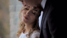 Αισθησιακό νέο ζεύγος ερωτευμένο στο υπόβαθρο παραθύρων απόθεμα βίντεο