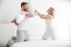 Αισθησιακό νέο ζεύγος μαζί στο κρεβάτι Ευτυχές ζεύγος στην κρεβατοκάμαρα σε ένα άσπρο υπόβαθρο Στοκ Εικόνες