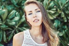 Αισθησιακό νέο πρόσωπο γυναικών με το τέλειο δέρμα Στοκ Εικόνες