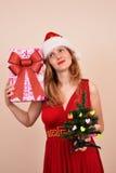 Αισθησιακό ξανθό κορίτσι Χριστουγέννων με το κιβώτιο και το δέντρο δώρων Στοκ Εικόνες