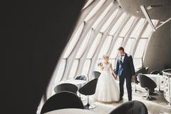 Αισθησιακό πορτρέτο ενός νέου γαμήλιου ζεύγους υπαίθριος Στοκ φωτογραφία με δικαίωμα ελεύθερης χρήσης