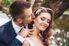 Αισθησιακό πορτρέτο ενός νέου ζεύγους Γαμήλια φωτογραφία υπαίθρια Στοκ εικόνα με δικαίωμα ελεύθερης χρήσης
