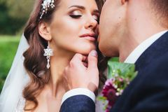 Αισθησιακό πορτρέτο ενός νέου ζεύγους Γαμήλια φωτογραφία υπαίθρια Στοκ Φωτογραφία