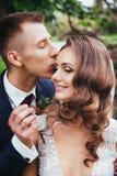 Αισθησιακό πορτρέτο ενός νέου ζεύγους Γαμήλια φωτογραφία υπαίθρια Στοκ φωτογραφίες με δικαίωμα ελεύθερης χρήσης