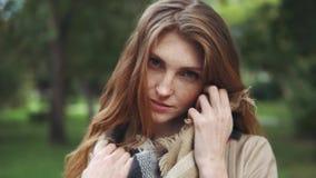 Αισθησιακό πορτρέτο κινηματογραφήσεων σε πρώτο πλάνο του όμορφου κοκκινομάλλους κοριτσιού σε ένα θερινό πάρκο απόθεμα βίντεο
