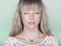 Αισθησιακό πορτρέτο της όμορφης ξανθής νέας γυναίκας Στοκ Εικόνες