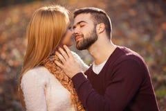 Αισθησιακό υπαίθριο πορτρέτο του νέου μοντέρνου φιλήματος ζευγών μόδας Στοκ Εικόνες