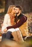 Αισθησιακό υπαίθριο πορτρέτο του νέου μοντέρνου φιλήματος ζευγών μόδας Στοκ Φωτογραφίες