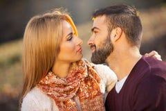 Αισθησιακό υπαίθριο πορτρέτο του νέου μοντέρνου φιλήματος ζευγών μόδας Στοκ Εικόνα