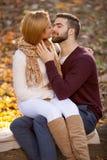 Αισθησιακό υπαίθριο πορτρέτο του νέου μοντέρνου φιλήματος ζευγών μόδας Στοκ Φωτογραφία