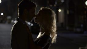 Αισθησιακό φιλί δύο αγαπώντας ανθρώπων, ρομαντικό ζεύγος που απολαμβάνουν την ημερομηνία, που εξισώνει το χρόνο απόθεμα βίντεο