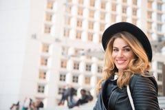 Αισθησιακό χαμόγελο γυναικών στο αστικό υπόβαθρο, ομορφιά Στοκ Εικόνες