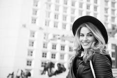 Αισθησιακό χαμόγελο γυναικών στο αστικό υπόβαθρο, ομορφιά Στοκ φωτογραφία με δικαίωμα ελεύθερης χρήσης