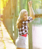 Αισθησιακό όμορφο κορίτσι μόδας στην αστική τοποθέτηση ύφους Στοκ Εικόνες