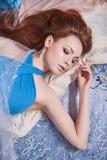 αισθησιακό όμορφο κορίτσι στα χρωματισμένα υφάσματα Στοκ Εικόνα