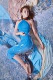 Αισθησιακό όμορφο gir στα χρωματισμένα υφάσματα Στοκ Εικόνες