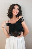 Αισθησιακό brunette με το σγουρό χαμόγελο τρίχας Στοκ εικόνα με δικαίωμα ελεύθερης χρήσης