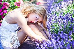 Αισθησιακό lavender συνεδρίασης κοριτσιών ανθίζοντας πλησίον Στοκ εικόνα με δικαίωμα ελεύθερης χρήσης
