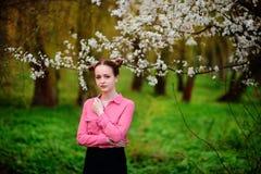 αισθησιασμός Ευτυχής όμορφη νέα χαλάρωση γυναικών στο πάρκο ανθών στοκ φωτογραφίες