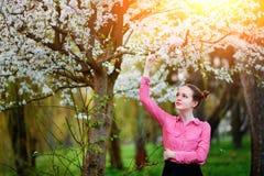 αισθησιασμός Ευτυχής όμορφη νέα χαλάρωση γυναικών στο πάρκο ανθών στοκ φωτογραφία