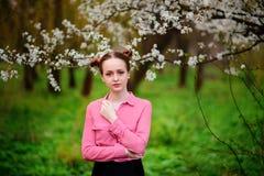 αισθησιασμός Ευτυχής όμορφη νέα χαλάρωση γυναικών στο πάρκο ανθών στοκ φωτογραφία με δικαίωμα ελεύθερης χρήσης