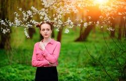 αισθησιασμός Ευτυχής όμορφη νέα χαλάρωση γυναικών στο πάρκο ανθών στοκ φωτογραφίες με δικαίωμα ελεύθερης χρήσης