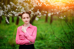 αισθησιασμός Ευτυχής όμορφη νέα χαλάρωση γυναικών στο πάρκο ανθών στοκ εικόνες με δικαίωμα ελεύθερης χρήσης