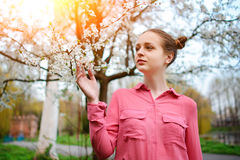 αισθησιασμός Ευτυχής όμορφη νέα χαλάρωση γυναικών στο πάρκο ανθών στοκ εικόνα με δικαίωμα ελεύθερης χρήσης