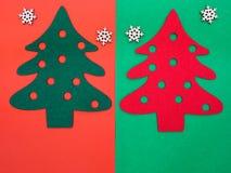 αισθητά δέντρα πεύκων και ξύλινα snowflakes Στοκ Εικόνες