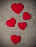 Αισθητές καρδιές στο άνευ ραφής υπόβαθρο σάκων Στοκ Φωτογραφίες