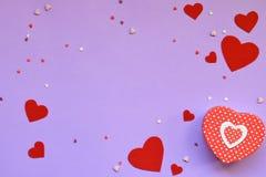 Αισθητές κόκκινο καρδιές και παρόν κιβώτιο στο ρόδινο υπόβαθρο Έννοια δώρων ή ευχετήριων καρτών ημέρας βαλεντίνου στοκ εικόνα με δικαίωμα ελεύθερης χρήσης