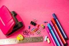 Αισθητές μάνδρες, μολύβια, συνδετήρες των διαφορετικών χρωμάτων σε ένα ρόδινο backgrou στοκ εικόνα με δικαίωμα ελεύθερης χρήσης