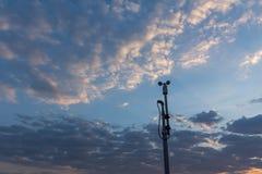 Αισθητήρας ταχύτητας ανέμου ή ανεμόμετρο με το μπλε ουρανό και πορτοκαλί φως το βράδυ στοκ εικόνες