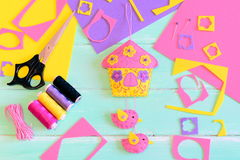 Αισθητή κρεμώντας διακόσμηση τοίχων Σπίτι με τα πουλιά και τα λουλούδια φιαγμένα από αισθητός, ψαλίδι, στροφίο νημάτων, χρωματισμ Στοκ Εικόνες