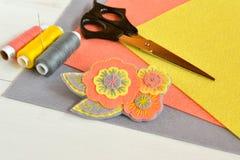 Αισθητή λουλούδι πόρπη, χειροποίητες τέχνες Αισθητά φύλλα, ψαλίδι, νήμα, βελόνα καθορισμένο ράψιμο λινό καμβά κουμπιών που μετρά  Στοκ εικόνες με δικαίωμα ελεύθερης χρήσης