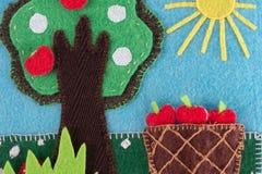 Αισθητό δέντρο μηλιάς με τα φρούτα σε ένα υπόβαθρο του μπλε ουρανού και του ήλιου Στοκ εικόνα με δικαίωμα ελεύθερης χρήσης