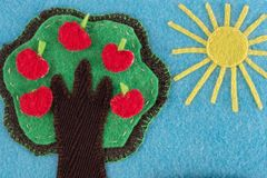 Αισθητό δέντρο μηλιάς με τα φρούτα σε ένα υπόβαθρο του μπλε ουρανού και του ήλιου Στοκ Εικόνα