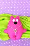 Αισθητό ροζ Teddy αντέχει - χειροποίητο παιχνίδι παιδιών, που ράβει την τέχνη Στοκ φωτογραφίες με δικαίωμα ελεύθερης χρήσης