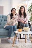 Αισιόδοξες δύο αδελφές που επιλέγουν την ταινία Στοκ φωτογραφίες με δικαίωμα ελεύθερης χρήσης
