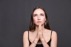 Αισιόδοξη γυναίκα με την επίκληση του πορτρέτου χεριών Στοκ φωτογραφία με δικαίωμα ελεύθερης χρήσης