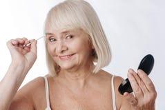 Αισιόδοξη γυναίκα της Νίκαιας που κρατά έναν οφθαλμό βαμβακιού Στοκ φωτογραφίες με δικαίωμα ελεύθερης χρήσης